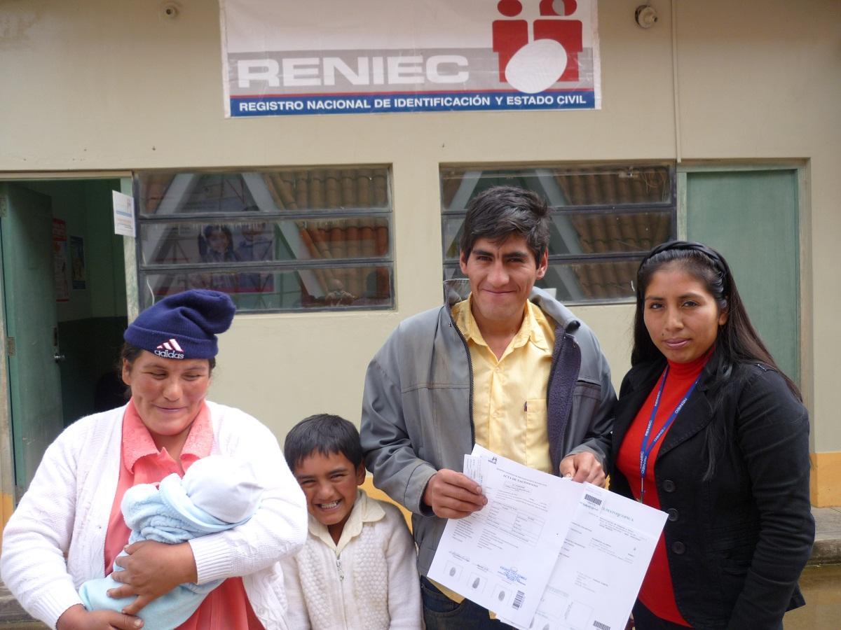 Familia afiliando a su recién Nacido en ORA RENIEC