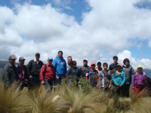 Precedidos por el Ichu de la zona, el equipo de trabajo con pobladores de la zona.