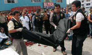 Miembros de la Policía Nacional trasladan el cuerpo del alcalde fallecido (Fuente: La República)