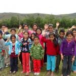 Estudiantes de Nuevo Olmal y al fondo el bosque de pinos