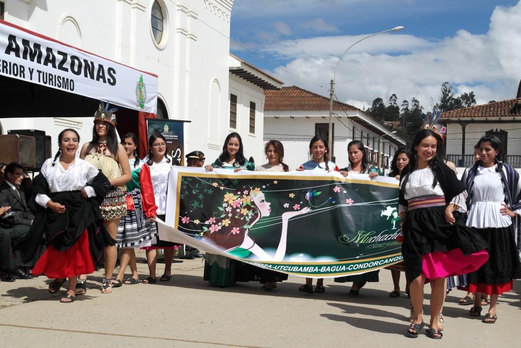 Ramillete de Reinas encabezan el desfile previo al izamiento de ayer domingo