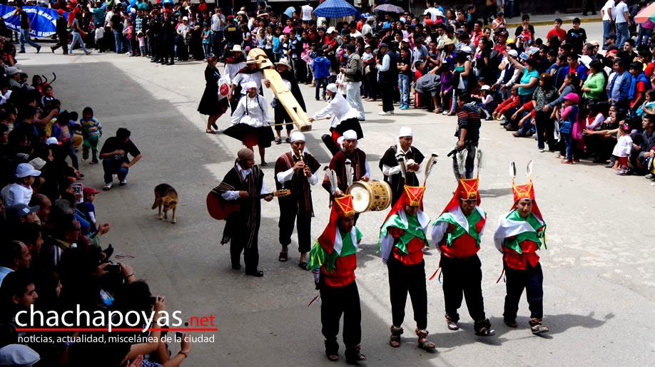 Plano general de danzantes, banda y el Purunmacho, símbolo del Raymillacta