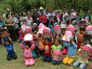 Niños de las riberas del Alto Uctubamba con las mochilas donadas por la Notaria Tambini