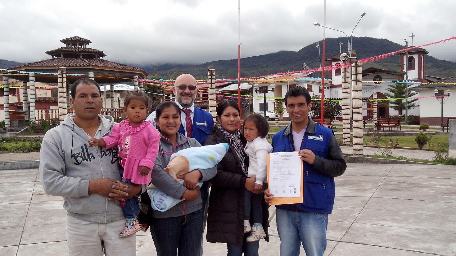 Primer molinopampino con sus padres, sus hermanos, y el personal de la RENIEC y la Municipalidad luego de tramitar su Acta en Línea.