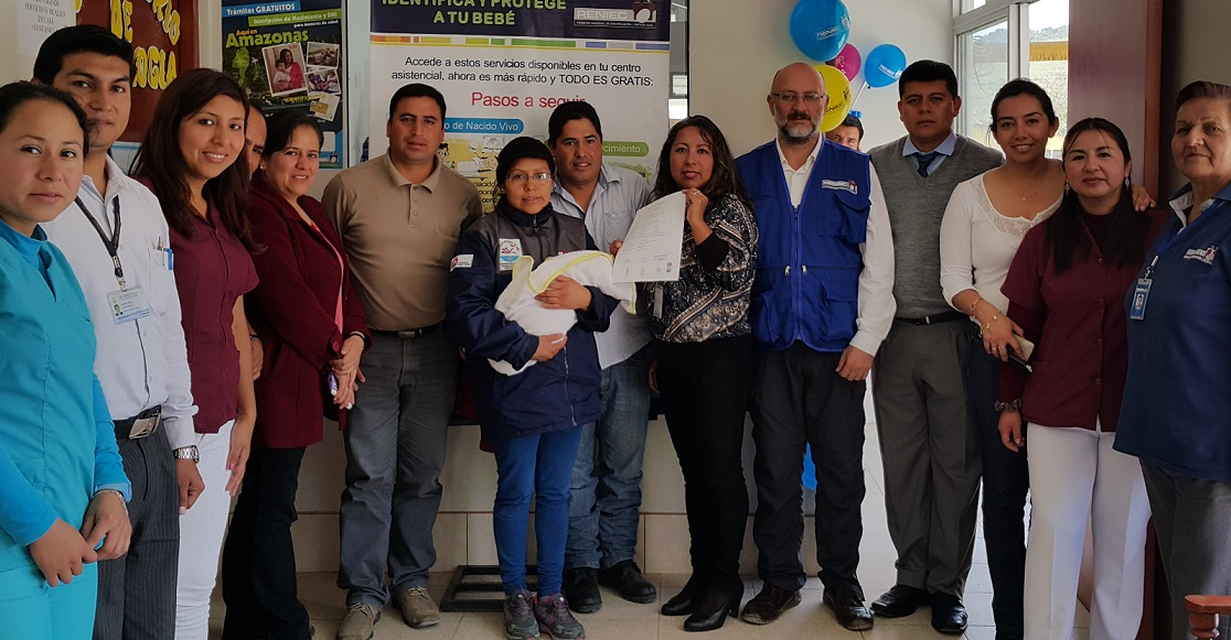 Autoridades locales y personal de salud con Jheanmarco y sus padres luego del primer registro de la ORA La Florida - Pomacochas